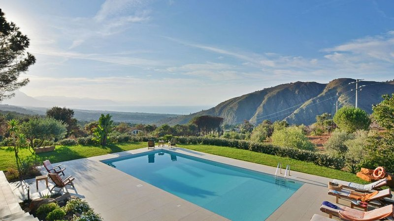 Astonishing villa with pool overlooking the bay of Palermo, vacation rental in Isnello