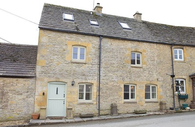 Hope Cottage is traditional semi-detached Cotswold stone property in the village, alquiler vacacional en Cheltenham