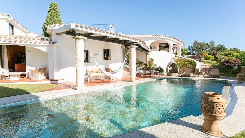 Villa panoramica con piscina privata, 5 minuti a piedi dal centro di Porto Cervo, holiday rental in Porto Cervo