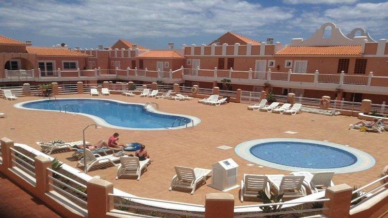 NEWLY refurbished two bedroom apartment on this popular complex, location de vacances à Caleta de Fuste