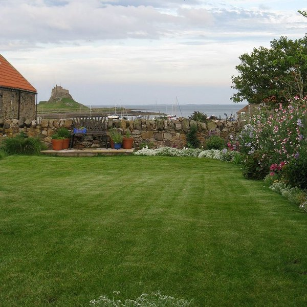2 bedroom cottage on Holy Island with spacious walled garden and sea views, location de vacances à Fenwick
