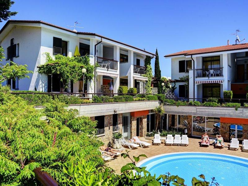 Residence Riai, 4 persoons appartement op de 1e verdieping met zwembad, vacation rental in Moniga del Garda