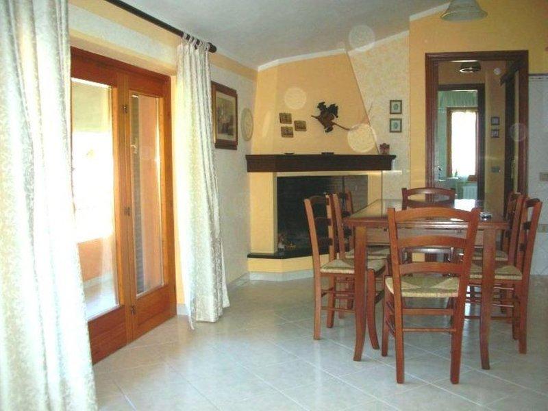 Deliziosa casetta in centro a Teulada nel Sud Sardegna, holiday rental in Teulada