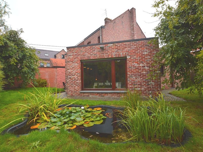 Almost on the France-Belgium border, this home is a short drive from Ypres, holiday rental in Ploegsteert