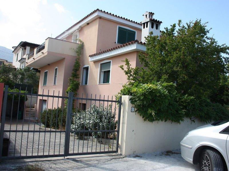Appartamento con giardino in villetta bifamiliare, holiday rental in Galtelli