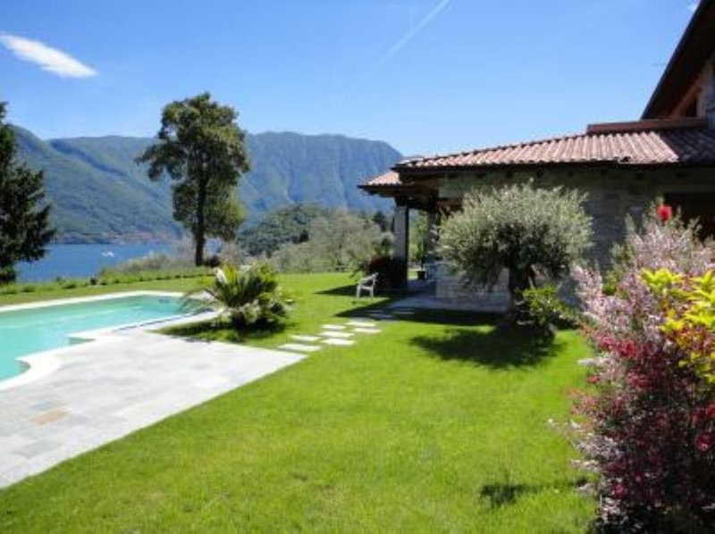 Relax e comfort in appartamento in villa, splendida vista lago e piscina privata, location de vacances à Mezzegra