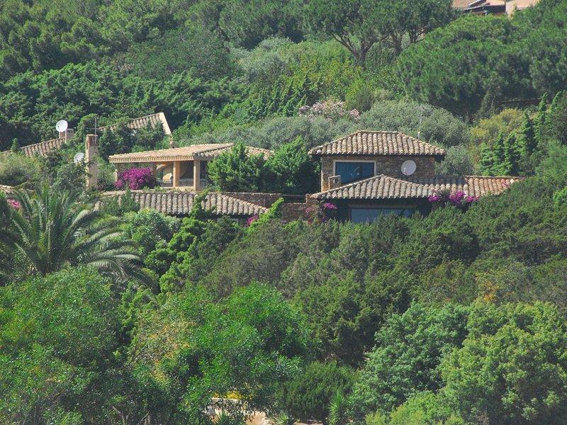 """Villa con ampio giardino a 100 mt dalla splendida spiaggia """" timi ama """", location de vacances à Simius"""