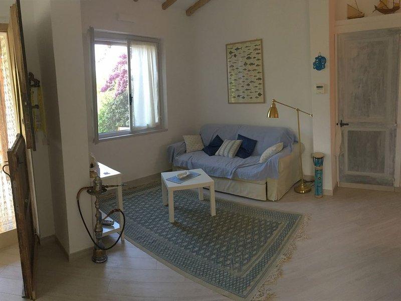 Villetta completamente ristrutturata e riarredata, in complesso 300 dal mare., vacation rental in Tanaunella