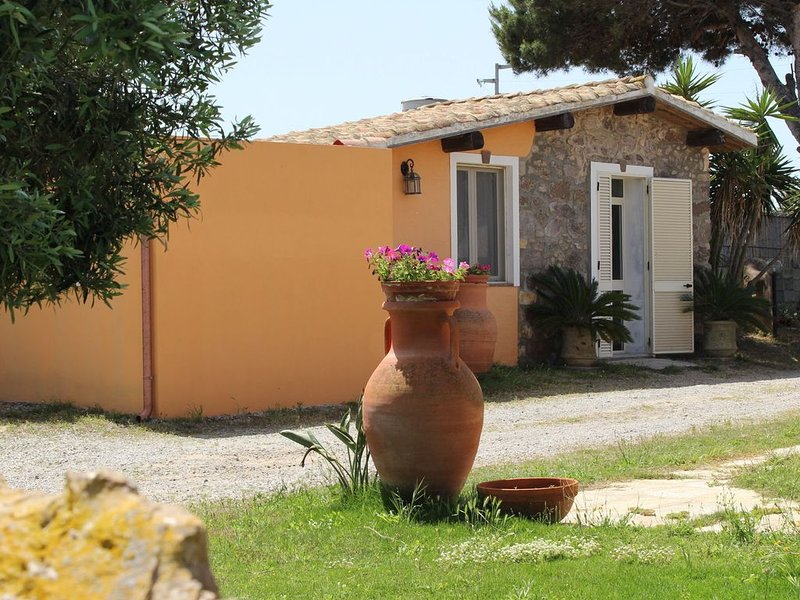 Cozy Cottage in Calasetta Sardinia with garden, holiday rental in Isola di Sant Antioco