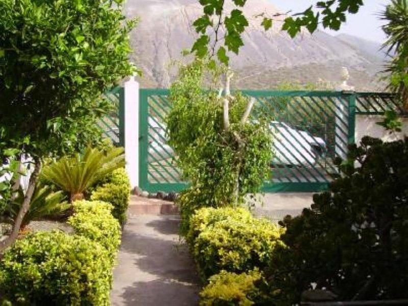 Isola di Vulcano Villa 6 posti letto con giardino e splendida vista sul cratere, holiday rental in Aeolian Islands
