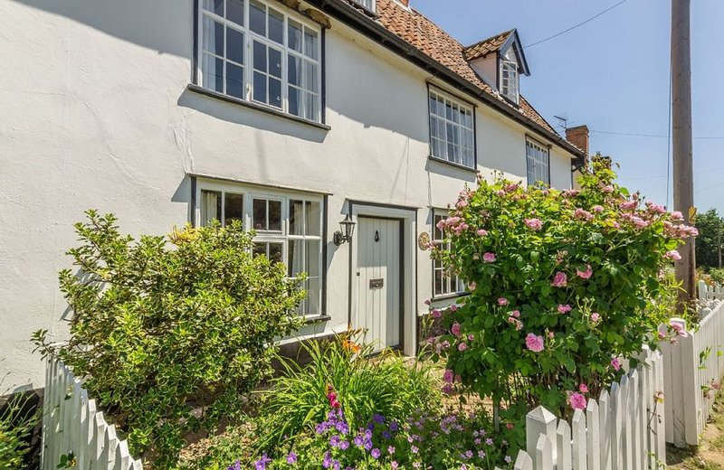 Holly Cottage is a Grade II listed property located in the village of Huntingfie, holiday rental in Halesworth
