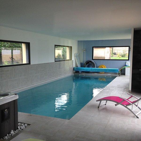 SUPERBE VILLA , PISCINE INTERIEURE CHAUFFEE, SPA, A 350M DE LA PLAGE, vacation rental in Loctudy