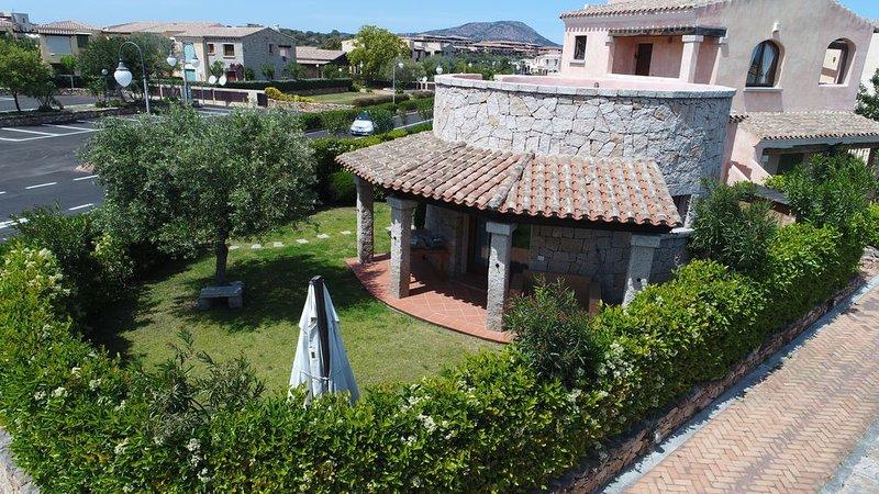 Meravigliosa villetta caposchiera con ampio giardino e solarium, vacation rental in Porto Rafael