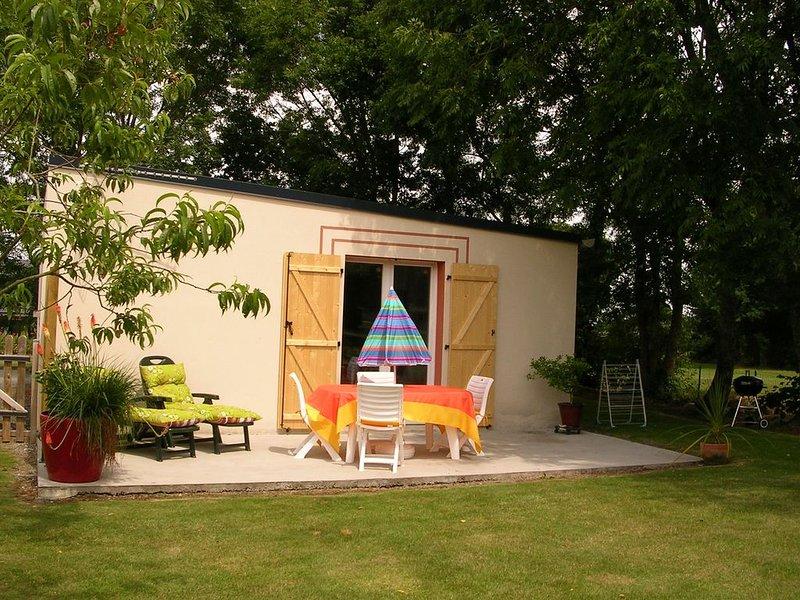 Petite maison plain-pied, jardin, terrasse, 7 km des plages, 3km du golf, vacation rental in Pleguien