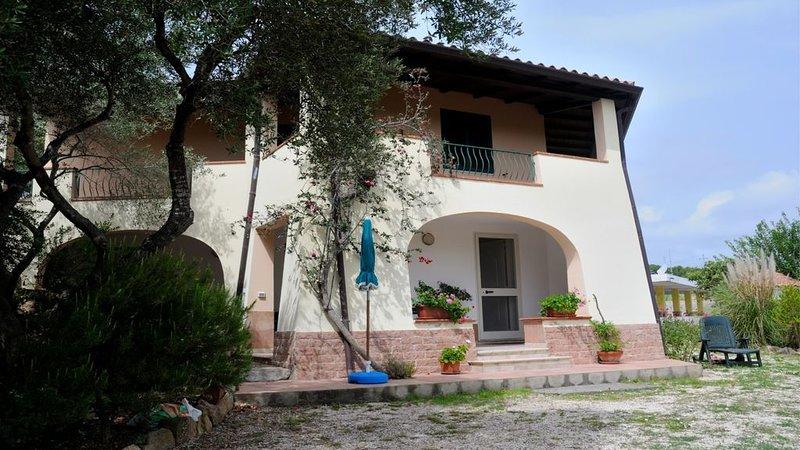 Appartamento con giardino a pochi km dal mare, holiday rental in Sos Alinos