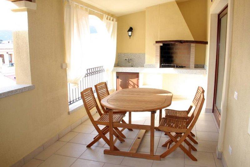 Villasimius Splendido attico centro paese con ampia terrazza panoramica WifiFree, vacation rental in Villasimius