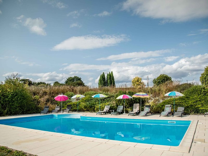 Cottage with shared heated pool at Le Haut Gué in the Loire Valley, holiday rental in Continvoir