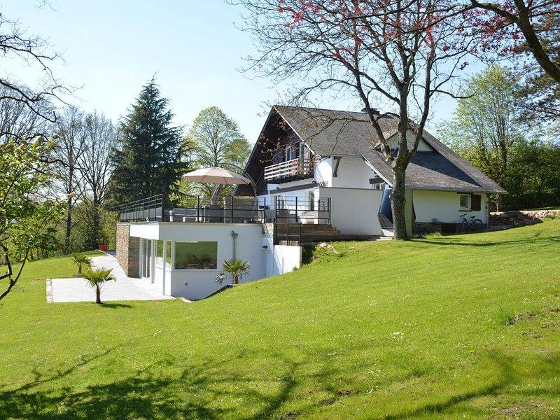 Stately Chalet in Stoumont with Pool & Sauna, location de vacances à La Gleize