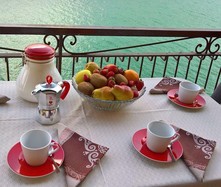 La Terrazza apartment with stunnig lake view, private car place nera comacina Is, alquiler vacacional en Colonno