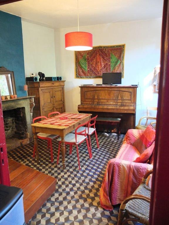 salon avec piano, tele,..