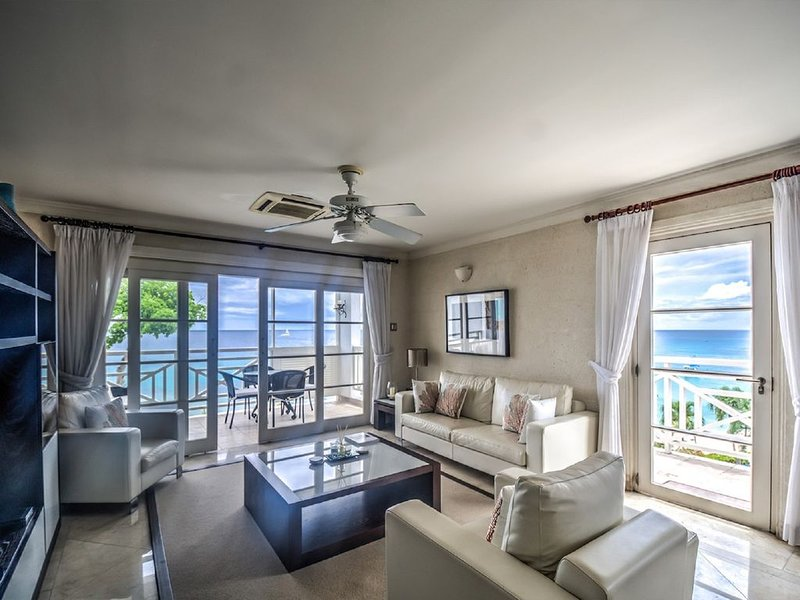 406 Waterside, 3 Bedroom luxury Beachfront apartment, holiday rental in Paynes Bay