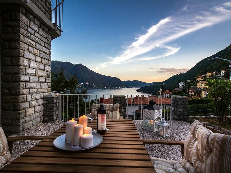 ampio appartamento moderno a Moltrasio con vista lago dalle camere., holiday rental in Moltrasio