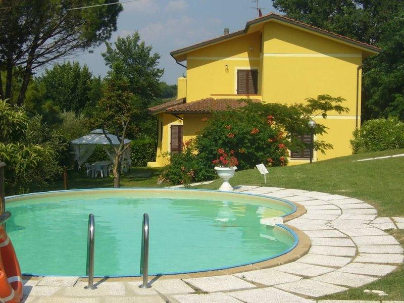 VILLA IL GRILLO piscina parco 10.000 m2 vista panoramica aria condizionata WI-FI, vakantiewoning in San Miniato
