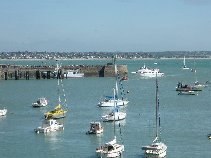 Appart sur le port, magnifique vue sur la mer, proximité plage, location de vacances à Granville