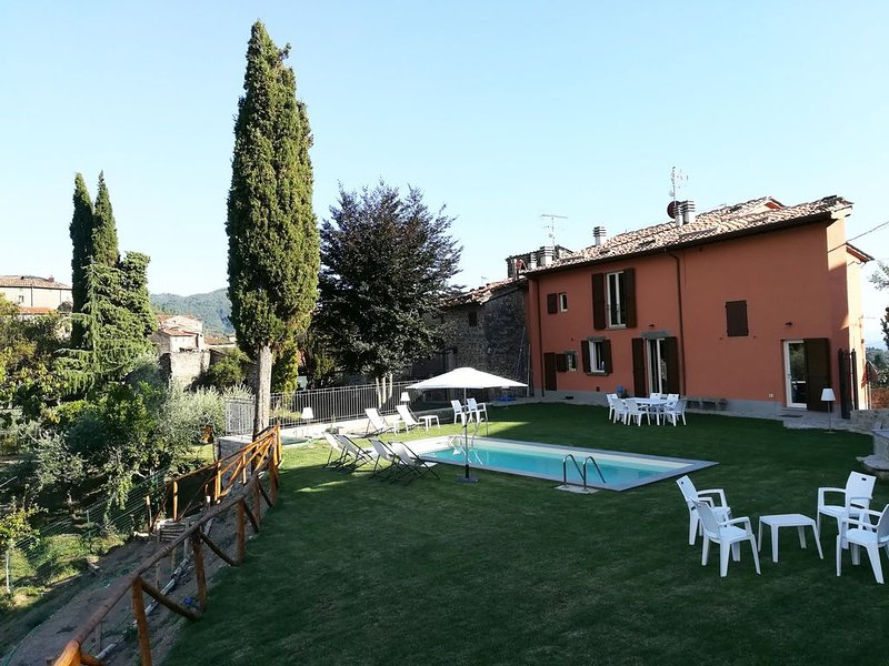 Castelvecchio casa vacanze 3 camere 2 bagni piscina giardino panoramico quiete, holiday rental in Lanciole