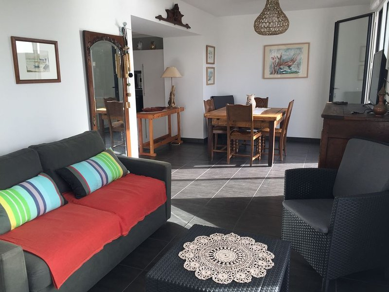 Maison sur la plage, accès direct à la mer, à la digue et au port., holiday rental in Treffiagat