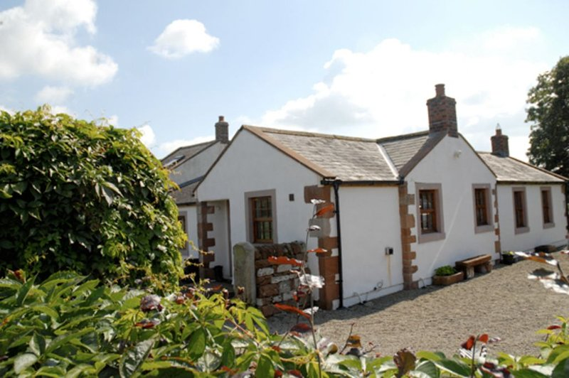 Cosy Cottage, Full Of Character Situated Along A Woodland Drive, location de vacances à Carlisle
