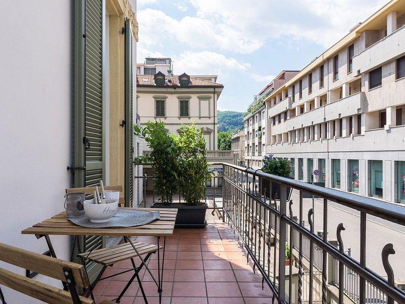 Grazioso appartamento con balcone, vicino alla bellissima Piazza Volta, a Como., alquiler de vacaciones en Como