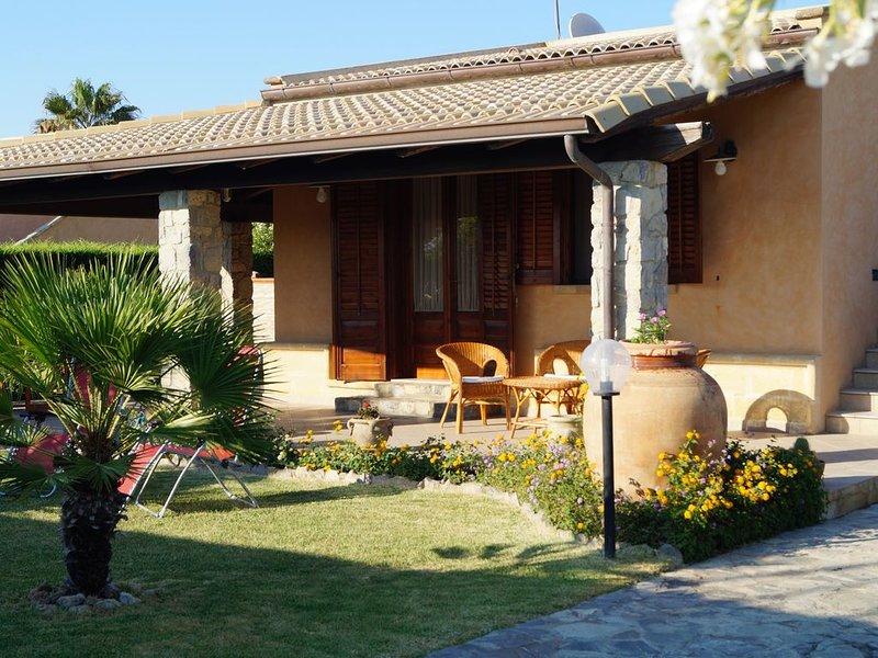 Sicilia-Cefalù-Villa climatizzata a m 100 dal mare con  piscina comune, holiday rental in Campofelice di Roccella