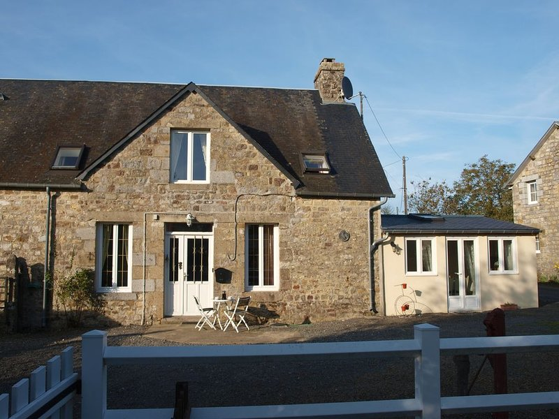 Four Bedroomed Country Cottage (sleeps 7 + 1 z-bed),  Pool, location de vacances à Barenton