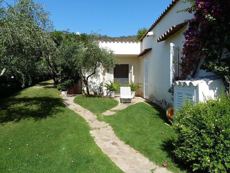 Elegante Villa Oleandro 21 nel comprensorio golfistico Is Molas, 27 buche, vakantiewoning in Pula