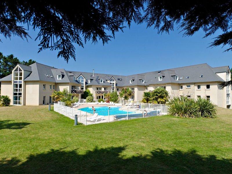 Walk to the Beach! Bright + Comfy Saint-Briac Retreat, alquiler de vacaciones en Saint-Briac-sur-Mer