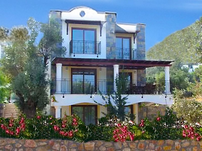 Quality Holiday Villa with Shared Pool and Sea Views, vacation rental in Torba