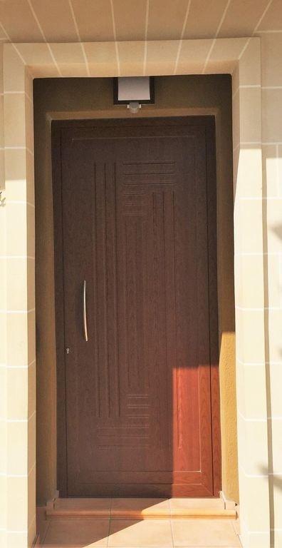 Porte principale - entrée de la rue