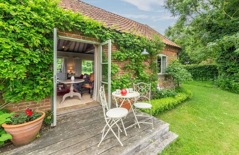 Acorn Cottage is a delightful rural escape, situated on the edge of the Blicklin, vacation rental in Haveringland