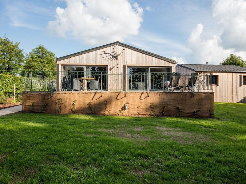Luxurious chalet at a few minutes from the lake of Bütgenbach and the High Fens, holiday rental in Wirtzfeld