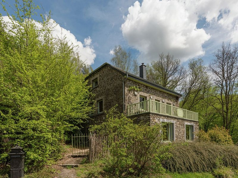 Beautiful holiday home with whirlpool and sauna, situated along the woods, holiday rental in Redu