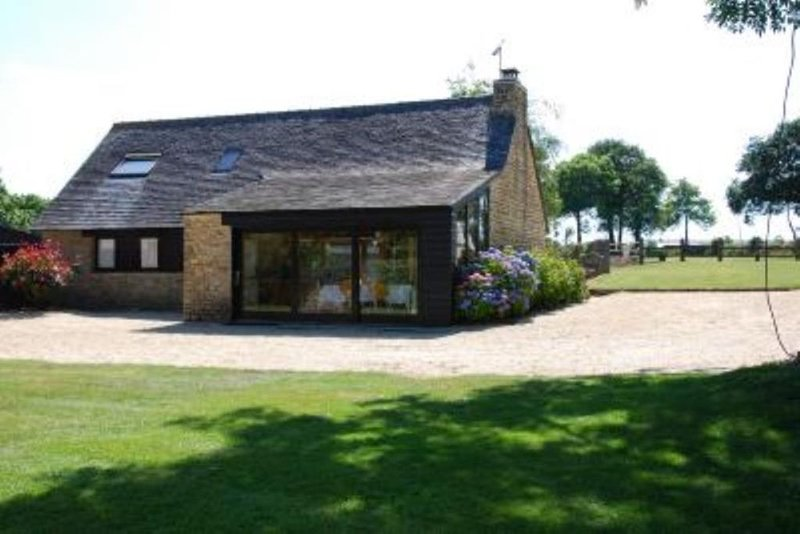 Maison d'architecte, piscine chauffée, boxes pour chevaux, calme et repos sur 20, holiday rental in St Nicolas du Pelem