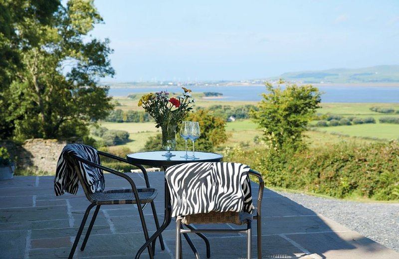 High Bridge Haven, a one bedroom, one bathroom holiday cottage with a hot tub in, holiday rental in Kirkby in Furness