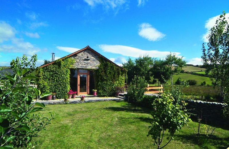 This detached barn conversion offers panoramic views over stunningly beautiful c, Ferienwohnung in Grizebeck