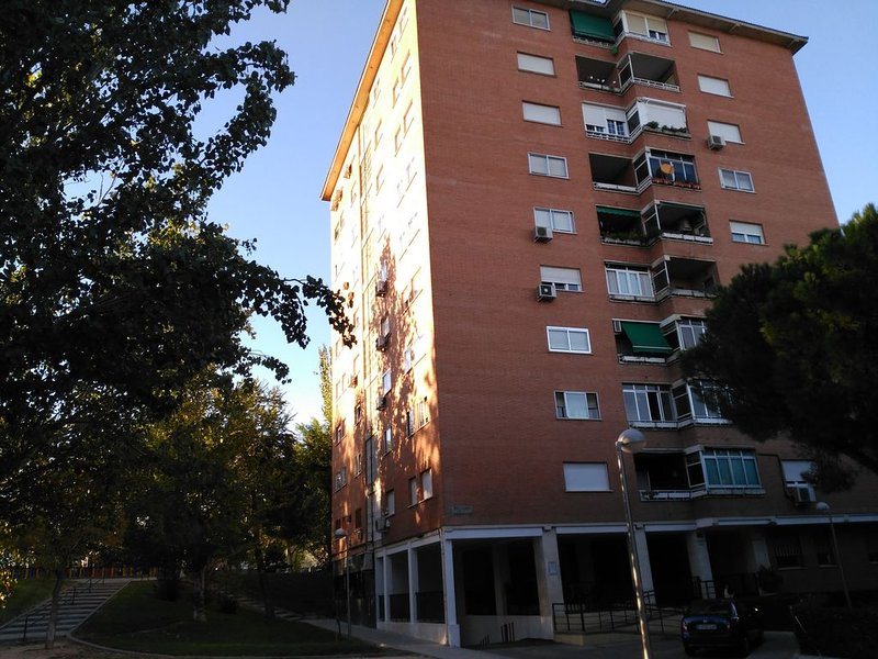 Piso de 4 dormitorios dobles, garaje, ascensor,exterior, muy luminoso,WIFFI, location de vacances à San Fernando de Henares