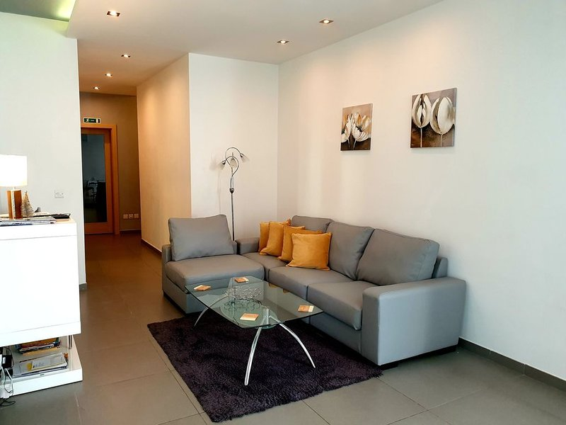 Modern Apartment 3 Minutes From Sliema Seafront With Balcony And Garden Views, holiday rental in Sliema