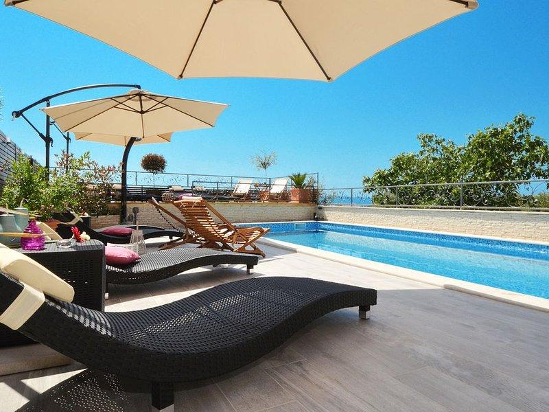 Paradise Ferienwohnung mit Pool & 3 Schlafzimmer, 6-8 Personen, in Okrug Gornji, vacation rental in Okrug Gornji