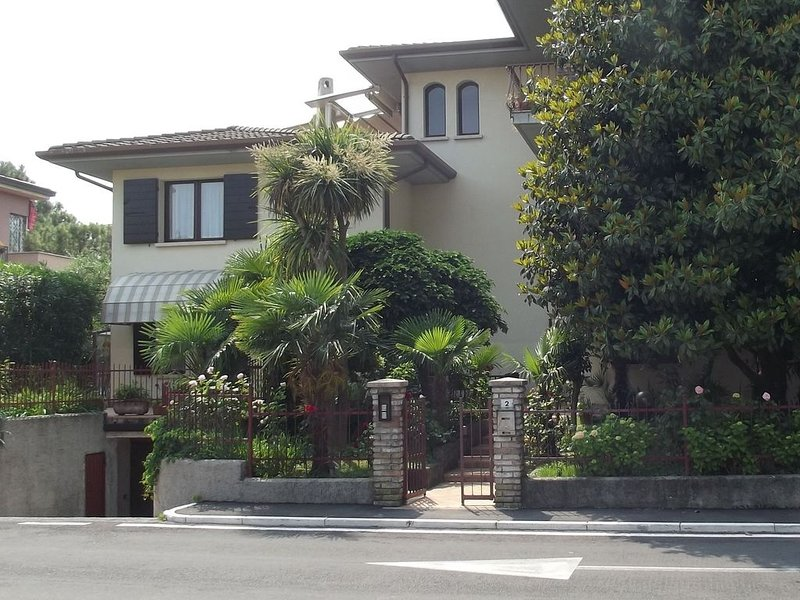 Spacious apartment with garden within walking distance of Lake Garda, vacation rental in Sirmione