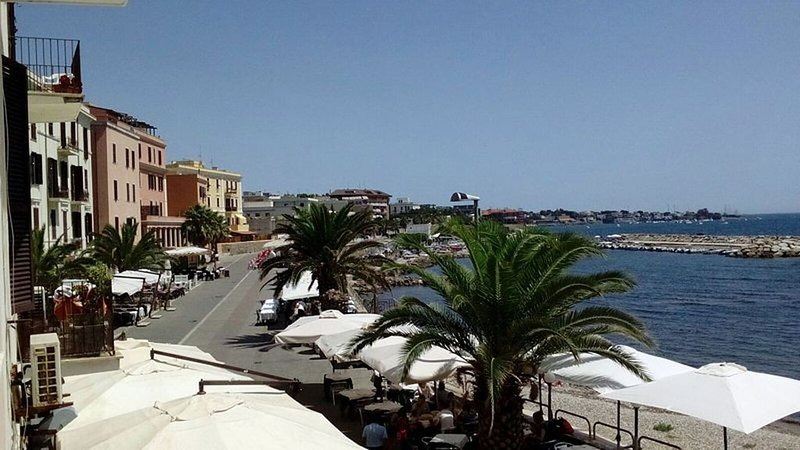 Suite beachfront near the station and port, 5 beds, casa vacanza a Civitavecchia