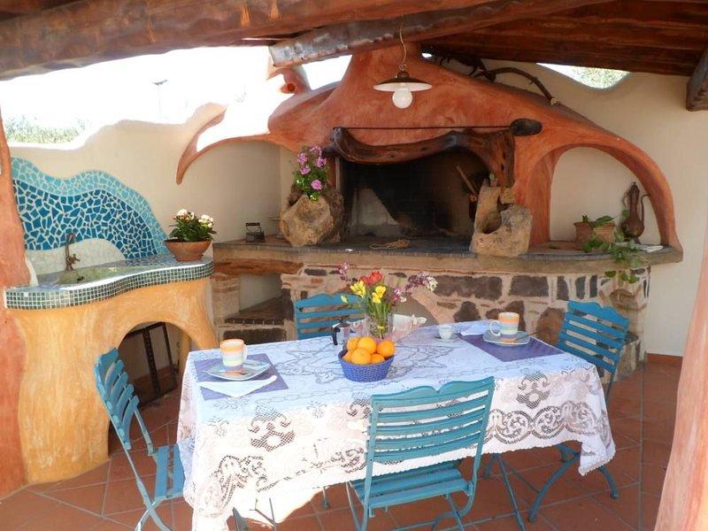 CASA CON GIARDINO ADIACENTE A PARCO GIOCHI CON OLIVI SECOLARI, vakantiewoning in Galtelli